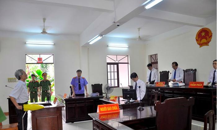"""Phiên xử phúc thẩm vụ án """"Dâm ô trẻ em"""" đối với bị cáo Nguyễn Khắc Thủy hôm 11/5. Ảnh: Vietnamnet."""