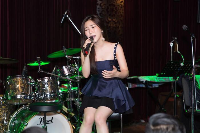 Hương Tràm hạnh phúc trong vòng tay fan đón tuổi mới