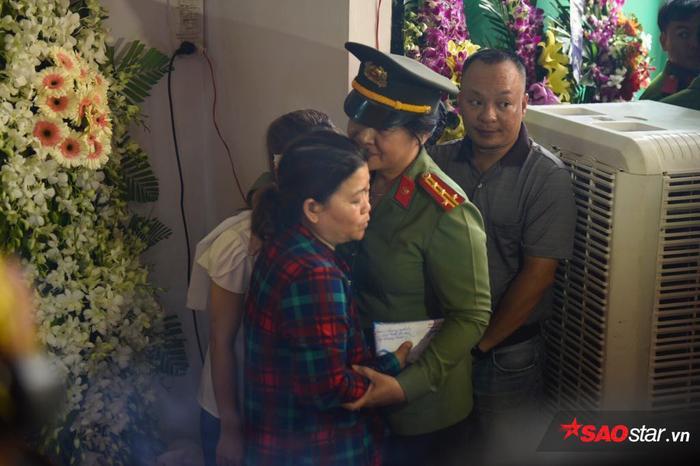 Chiến sĩ công an ôm lấy mẹ anh Nam để xoa dịu phần nào nỗi đau, nỗi mất mát quá lớn.