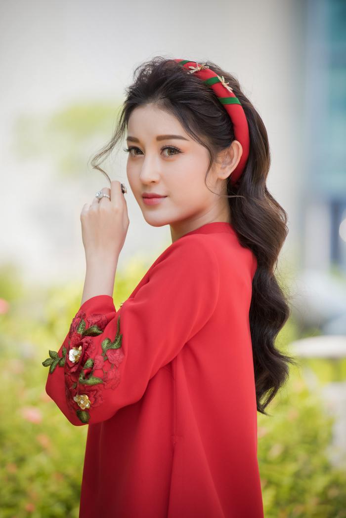 Á hậu Huyền My xuất hiện nhẹ nhàng với tà áo dài cách tân nhưng vẫn vô cùng nổi bật với tông màu đỏ và vẻ đẹp cuốn hút.
