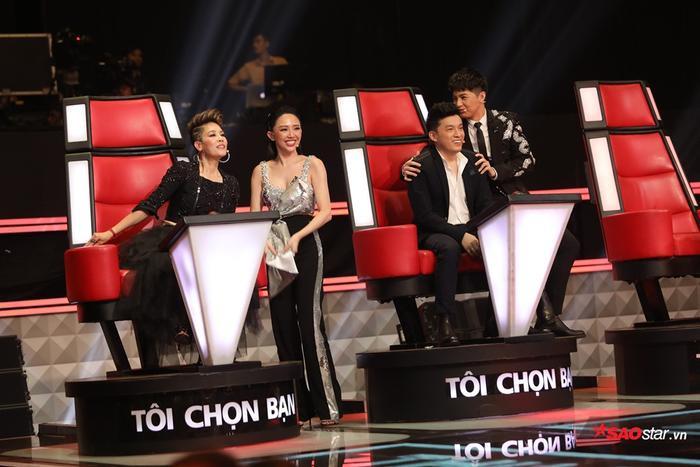 Hai HLV trẻ tuổi chia team để cổ vũ cho Lam Trường và Thu Phương.