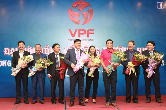 Bầu Tú và ông Trần Mạnh Hùng (áo hồng) cùng có thành viên HĐQT VPF. Ảnh: VPF