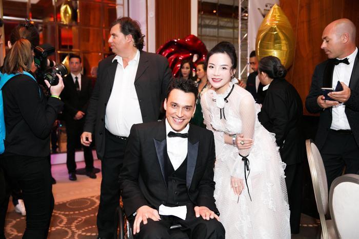Fashionista Stella Chang rạng rỡ chụp hình cùng NTK Alexandre Bodart Pinto - Giám đốc điều hành Công ty tổ chức sự kiện uy tín VIP Belgium.
