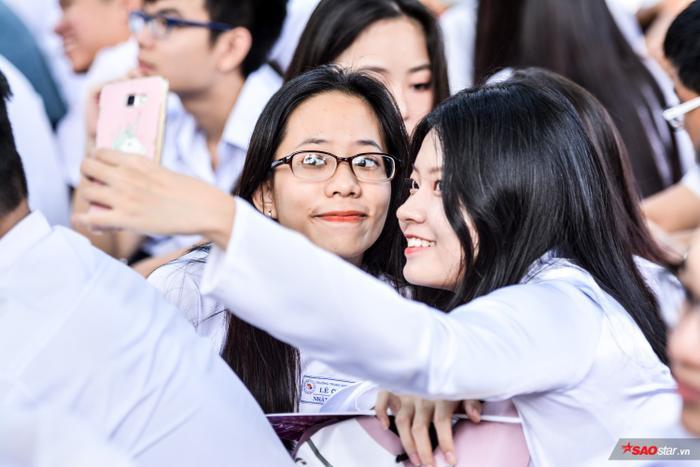 Các bạn nữ selfie để lưu lại khoảnh khắc thanh xuân cùng nhau.