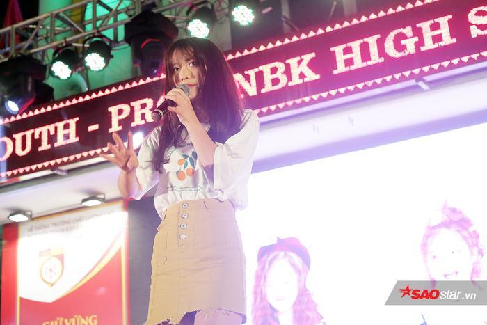 """Nữ ca sĩ người Hàn Quốc Han Sara thổi bùng không khí của đêm dạ hội với bản hit đình đám """"Tớ thích cậu""""."""