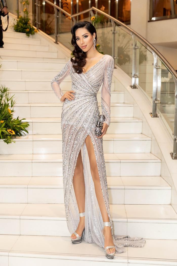 Khả Trang khoe trọn hình thể nóng bỏng cùng chiếc váy ánh bạc có đường xẻ cao tít tắp. Trang phục đính kết lấp lánh luôn là sự lựa chọn ưa thích của nhiều sao Việt bởi vẻ nổi bật, sang chảnh của nó.