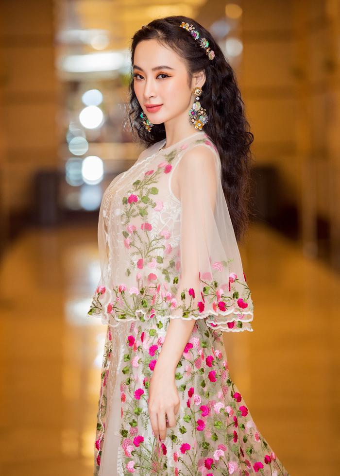 Trong sự kiện mới đây nhất, Angela Phương Trinh lại tạo sự thu hút không phải vì những bộ đồ hở hang mà là một chiếc váy voan nhẹ nhàng như mây. Chọn màu mắt cam đất và son môi hồng đất, Angela Phương Trinh xinh đẹp như một nàng công chúa ngoài đời thực.