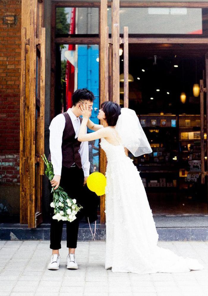 'Hãy yêu và cưới một chàng trai khiến bạn cười như thế': Bộ ảnh cưới cô dâu cười tít mắt khiến MXH chao đảo