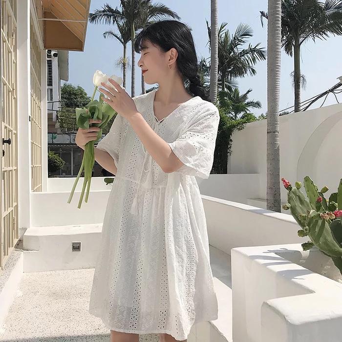 Nếu bạn sợ mặc một màu trắng không sẽ khiến bạn đơn điệu thì hãy chọn chất liệu vải thêu để tạo thêm điểm nhấn nhá nhé.