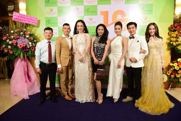 Sự kiện tiệc sinh nhật thẩm mỹ viện còn có sự góp mặt của Sam, Kelly, Yaya Trương Nhi và MC Nam Hee.