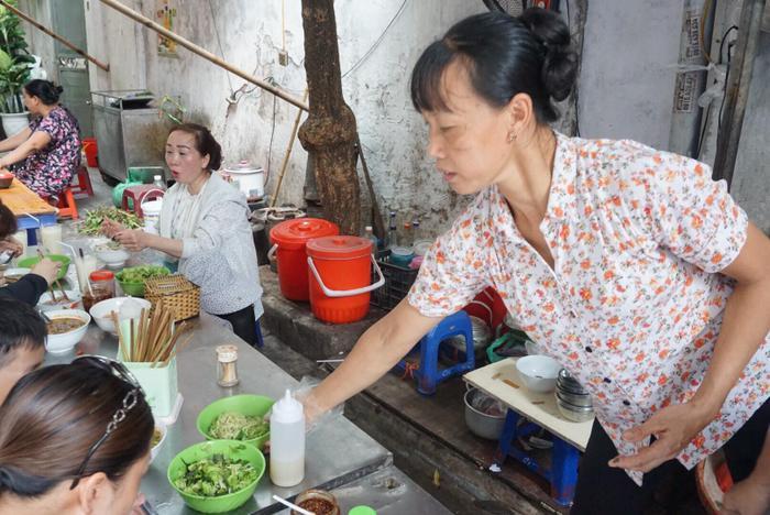 Bà Nguyệt- người giúp việc tại quán khẳng định nước dùng tại quán đảm bảo.
