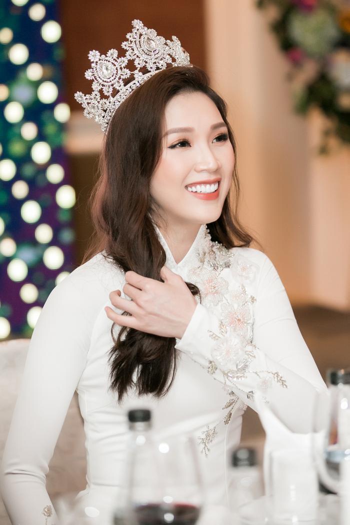 Hoa hậu Thùy Linh vô cùng rạng rỡ.