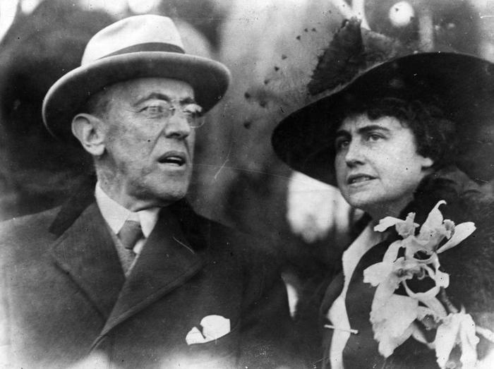 1. Đã có 3 vị Tổng thống Mỹ tổ chức hôn lễ khi đương nhiệm: Đám cưới của John Tyler và Julia Gardiner năm 1844; Grover Cleveland và Frances Folsom năm 1886; Woodrow Wilson và Edith Bolling Galt năm 1915. Trong ảnh, Tổng thống Woodrow Wilson cùng phu nhân. Ảnh:Topical Press Agency/Getty