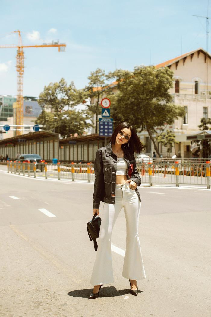 """Trong set đồ trắng tôn dáng này, """"nữ hoàng look book"""" không quên thêm thắt một chút dấu ấn cá nhân với item áo khoác jeans."""