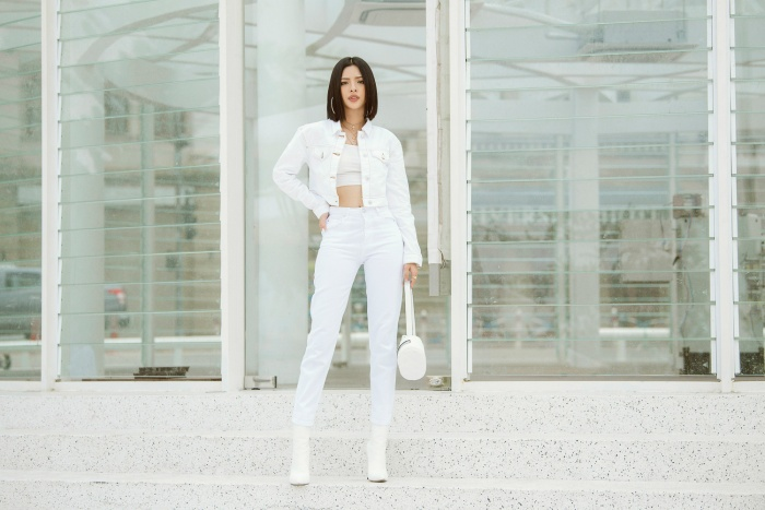 Người đẹp Tú Hảo kết hợp set đồ trắng cùng ankle boots đồng màu, tạo vẻ năng động, cá tính.