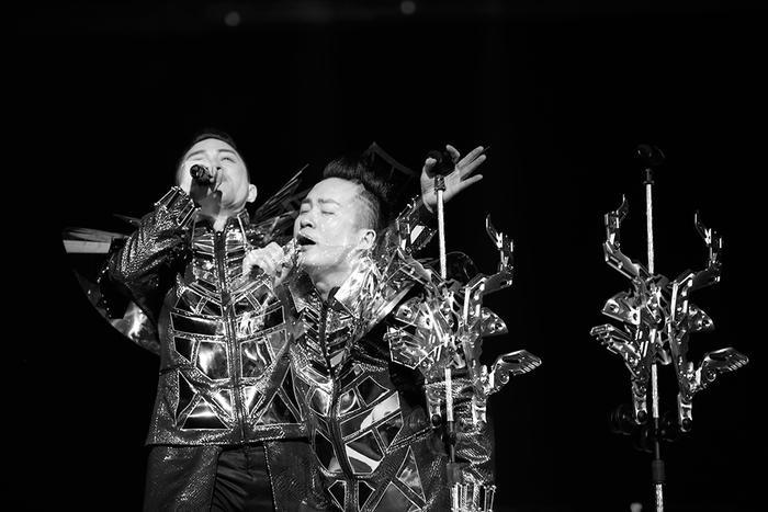 Phần trình diễn đầy mãn nhãn của Tùng Dương khi hát các ca khúc của Nguyễn Cường, Phó Đức Phương.
