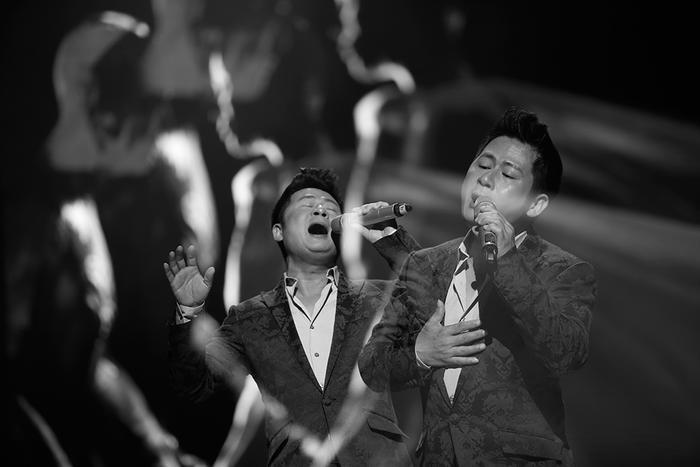 Màn kết hợp của hai giọng nam hàng đầu nhạc Việt: Tùng Dương - Bằng Kiều nhận được nhiều sự tán thưởng của người xem.