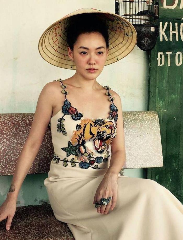 Từ Hy Đệ cũng từng xuất hiện trên tạp chí Vogue với chiếc nón lá lừng danh.