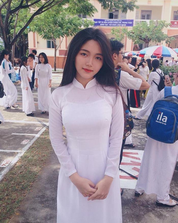 """Áo dài trắng, tóc đen thẳng """"đúng chuẩn"""" nét đẹp người con gái Việt Nam."""
