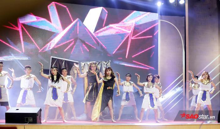 Lựa chọn hình tượng Nữ hoàng Ai Cập trong ca khúc Dark Horse, Phạm Lan Chi mang đến màn biểu diễn vũ đạo quyến rũ và nhiều kĩ thuật bê đỡ khó nhằn