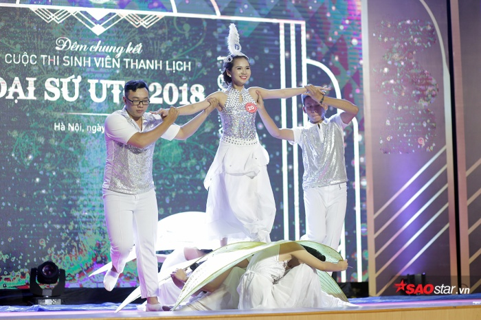 Nữ sinh lớp Kinh tế Vận tải Ô tô K56 Phạm Ngọc Bích dịu dàng, uyển chuyển trong bài múa dân gian trong trẻo