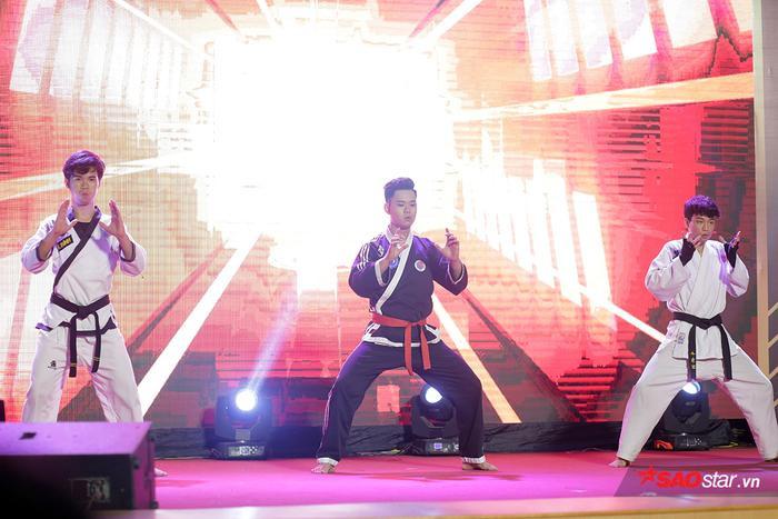 Nam vương Nhữ Minh Tuấn trình diễn tiết mục võ thuật cổ truyền, thể hiện bản lĩnh của nam sinh ĐH Giao thông Vận tải Hà Nội.