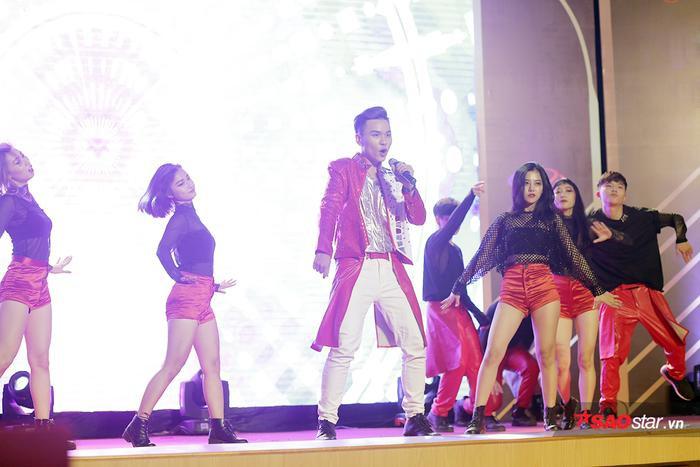 Thí sinh Hoàng Thái Sơn lên sân khấu với thần thái đầy chuyên nghiệp, trình diễn tiết mục vừa nhảy vừa hát đầy tự tin như một ca sĩ thực thụ.