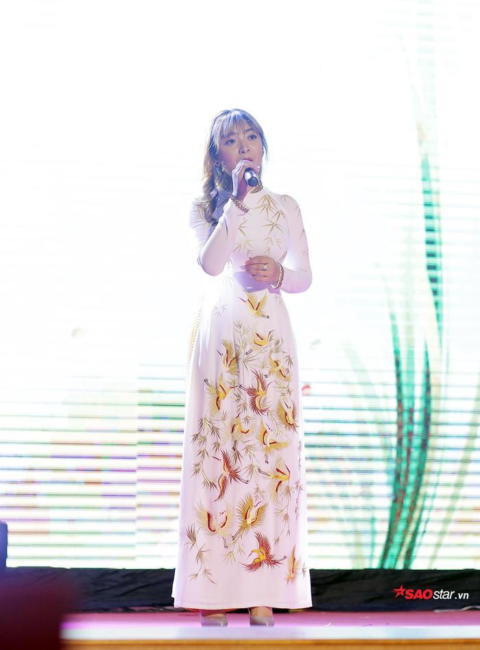 Nguyễn Thị Thùy Dung gửi đến giám khảo và khán giả ca khúc Giấc mơ trưa