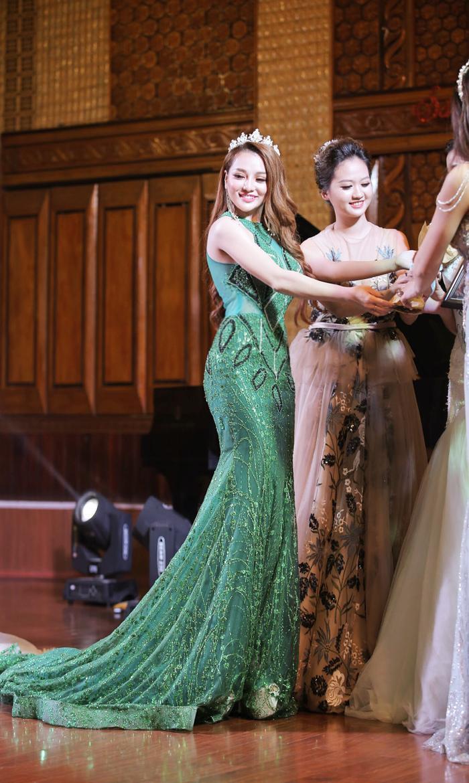 Chiếc váy đuôi cá màu xanh đính kim tuyến được Mon 2k chuẩn bị kỹ càng trước thềm sự kiện. Cô gái trẻ tiết lộ, toàn bộ chi phí cho lần xuất hiện này là khoảng 50 triệu đồng.