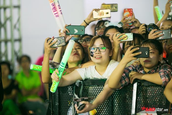 """Hàng nghìn khán giả """"phát cuồng"""" vì HyunA và Highlight."""