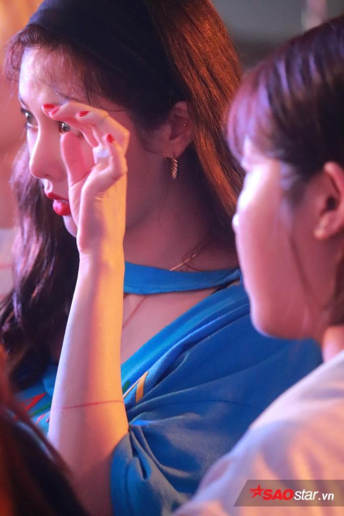 Khoảnh khắc hiếm hoi của HyunA trước khi lên sân khấu.