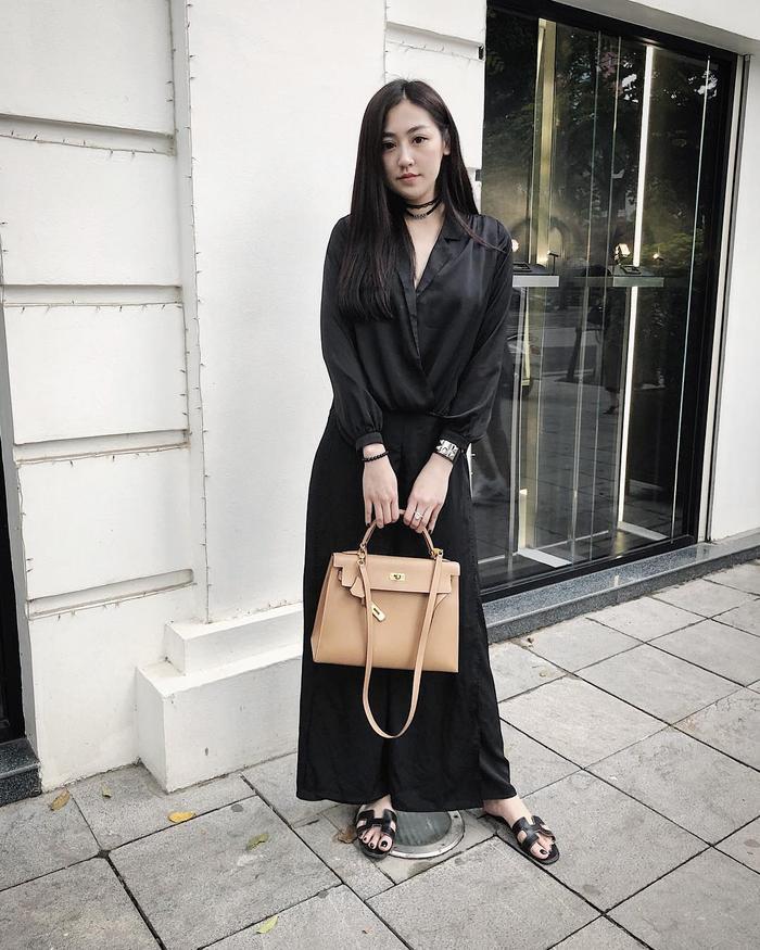 Với cả cây đen trơn tưởng chừng nhàm chán đã được Á hậu Việt Nam 2012 tạo điểm nhấn với bộ đôi túi xách cùng dép của thương hiệu Hermes.
