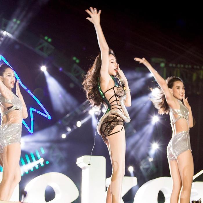 Liên tục diện trang phục ngắn, bó sát khoe body hoàn hảo trên sân khấu