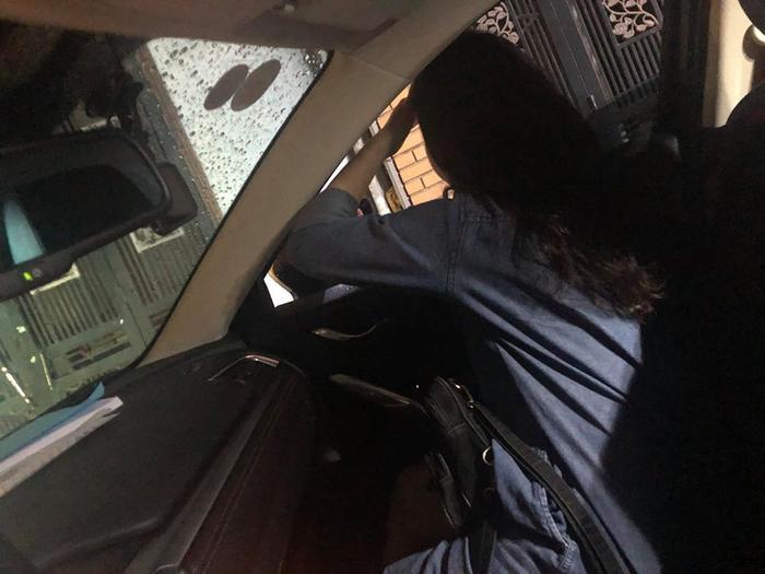 """Hỉnh ảnh cô gái dũng cảm, hy sinh vì """"công cuộc lái xe"""" của bạn thân."""