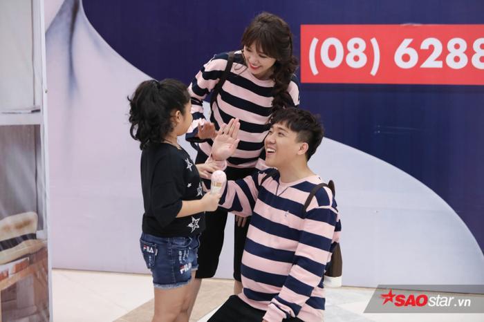 Sau một hồi tìm kiếm khắp trung tâm thương mại, Trấn Thành - Hari Won cũng tìm được một em bé để tiếp tục thực hiện cảnh quay.
