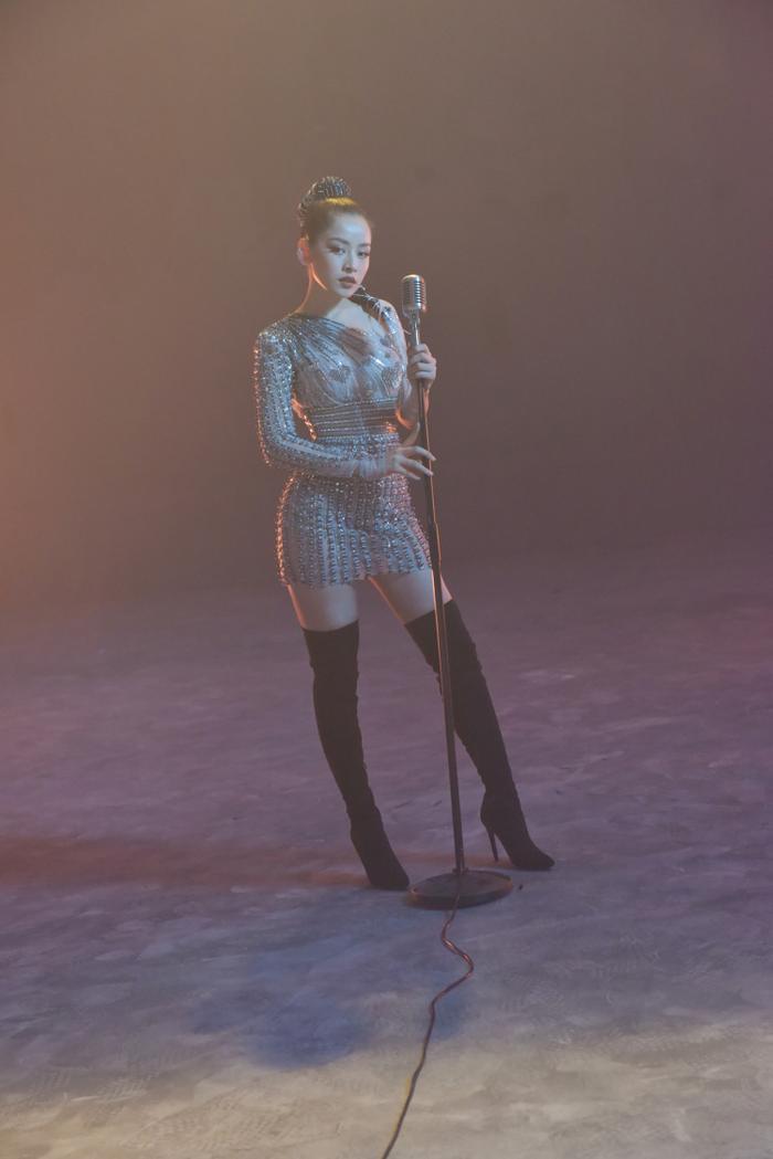 """Nói về Chi Pu, nam NTK khẳng định giọng ca """"Từ hôm nay"""" là một cô gái giàu nghị lực, dám sống trọn vẹn với tình yêu ca hát dù ban đầu không được ủng hộ. Điều đó phù hợp với tinh thần Love (yêu) của bộ sưu tập lần này."""