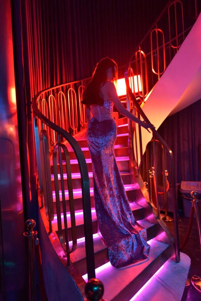 Nhân vật thứ ba xuất hiện trong đoạn video là Hoa hậu Hương Giang. Trong video, người đẹp gốc Hà Nội diện trang phục gợi cảm giữa quán bar sang trọng khiến dàn trai Tây không thể rời mắt.