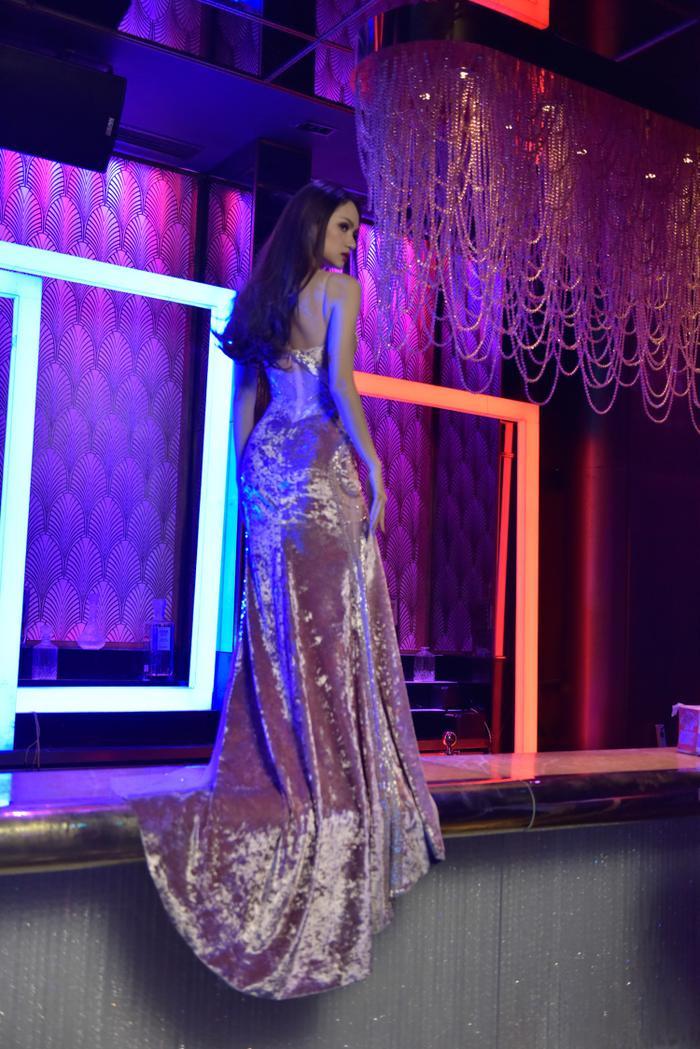 Kể từ khi đăng quang Hoa hậu Chuyển giới Quốc tế, Hương Giang có sự thay đổi ngoạn mục về phong cách thời trang, cô đầu tư chăm chút hình ảnh với những thiết kế sang trọng, thể hiện vẻ đẹp nữ tính nhưng cũng rất sexy của một tân hoa hậu.