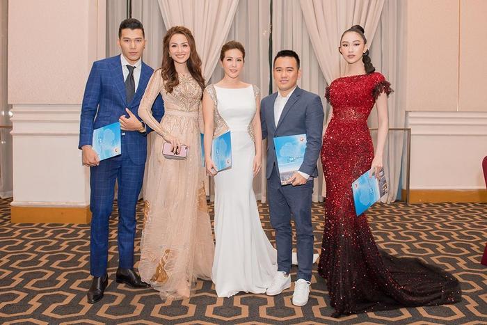 Hoa hậu Diễm Hương nổi bật như một bà hoàng trong một thiết kế nhẹ nhàng của Lê Thanh Hòa. Siêu mẫu Ngọc Tình cũng là một trong những thành viên giám khảo quyền lực.