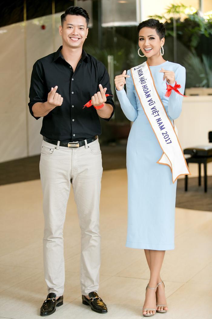 Thời gian còn lại, anh dành cho các công tác thiện nguyện. Hồ Đức Vĩnh vừa cùng Hoa hậu H'Hen Niê tham dự một hoạt động tuyên truyền, kêu gọi chống kỳ thị, xa lánh người bị nhiễm HIV.