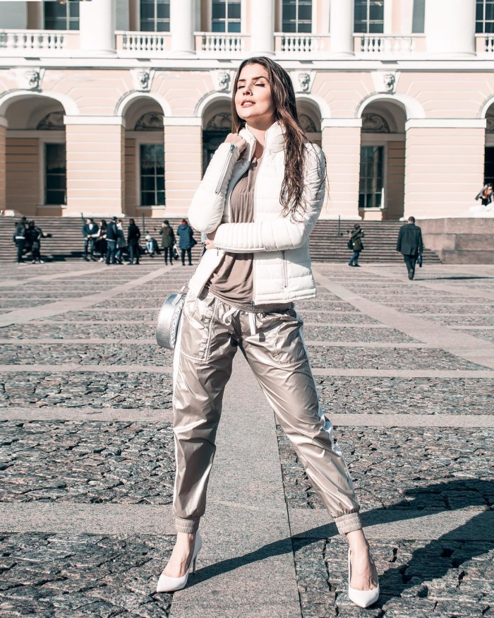 Sự phối hợp đầy phá cách khi kết hợp giữa set đồ cá tính với giày cao gót mũi nhọn vẫn cực cool ngầu như một fashionista.