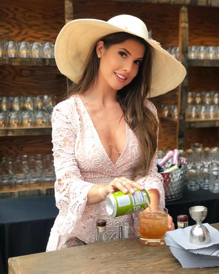 Biến tấu phong cách một chút với đầm ren hồng điệu đà kết hợp với nón rộng vành , người đẹp bỗng biến thành một quý cô ngọt ngào.