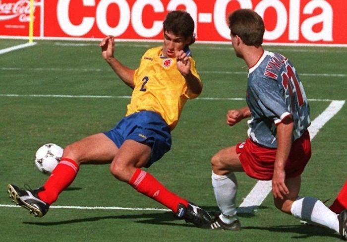 Andres Escobar cố cản bóng củaJohn Harkes nhưng vô tình phản lưới nhà. Ảnh:eNCA