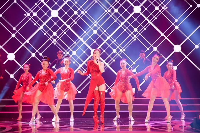 Cô mang tới ca khúc Đóa hoa hồng với màn vũ đạo đặc biệt.