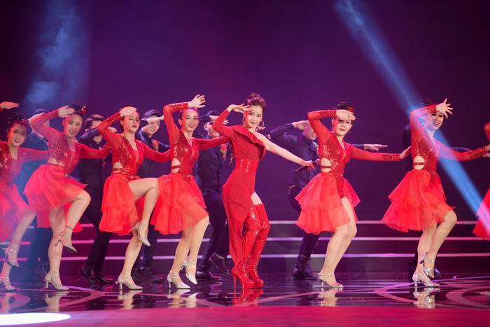 Đây cũng là lần đầu tiên Chi Pu trình diễn Đóa hoa hồng trên sóng truyền hình trực tiếp.