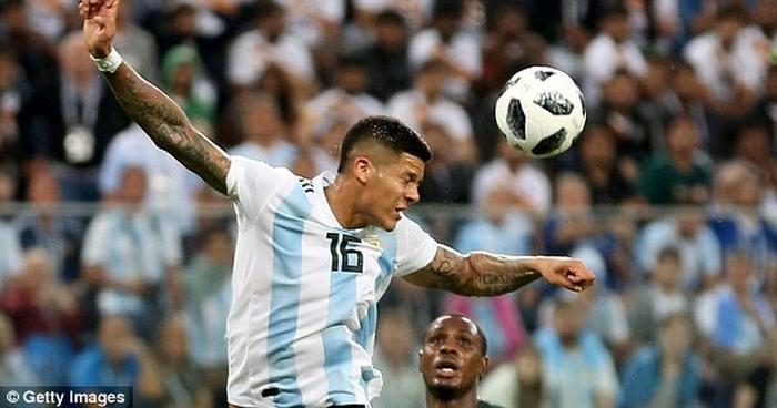Marcos Rojo để bóng chạm tay rất rõ ràng.