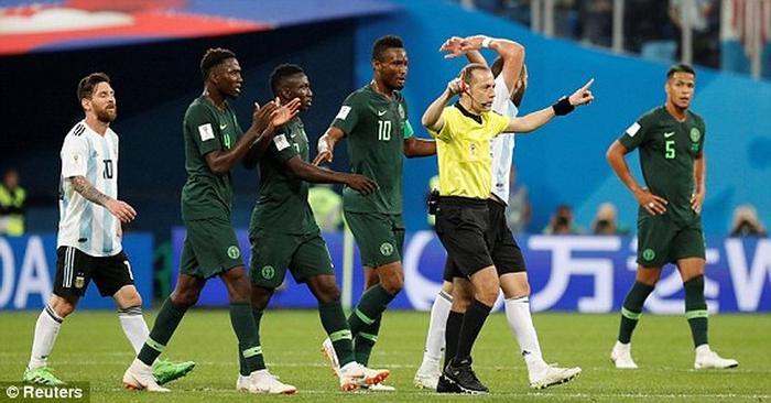 Trọng tàiCakir từ chối quả phạt đền quá rõ ràng của Nigeria. Ảnh: Reuters