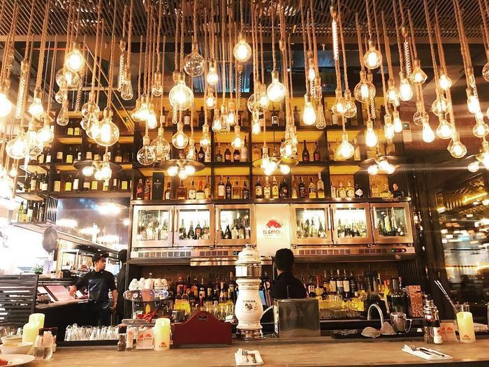 Quầy rượu ngập tràn ánh sáng sang chảnh bên trong nhà hàng -Ảnh: Paveena