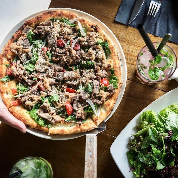 Từ hải sản đến thịt, pizza ở đây luôn được chú trọng hương vị lẫn hình thức -Ảnh: Pizza 4P's