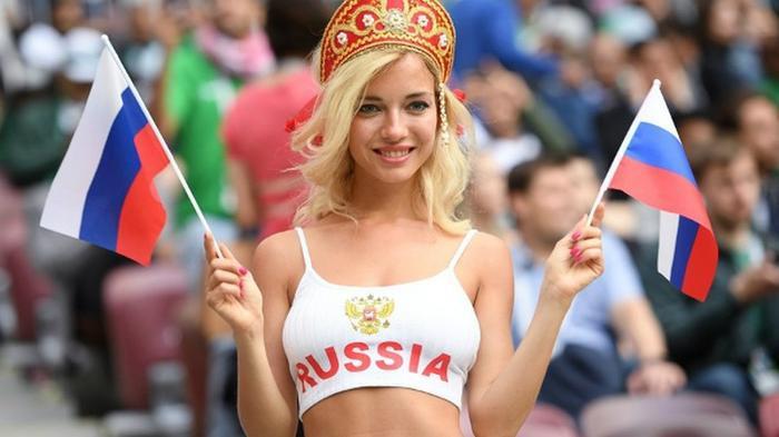 Natalya Nemchinova gây chú ý của truyền thông và mạng xã hội với vẻ ngoài quyến rũ trên khán đài. Ảnh: Ria Novosti
